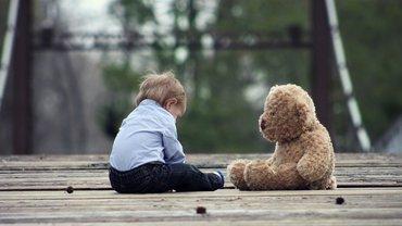 Kind Teddy Kinderarmut einsam